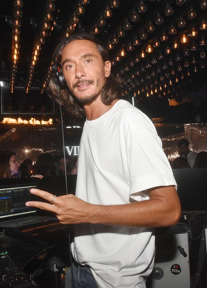 le DJ Sylvain Armand est à deux doigts de mixer avec ses deux doigts