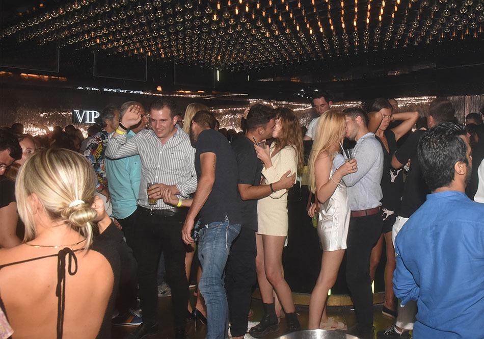 Des couples profitent  du  quart  d'heure  américain pour  danser  le  french  Kiss
