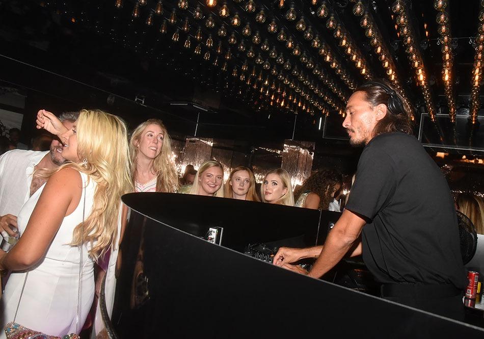 A quoi voyez - vous que  Le  DJ  Sylvain  C'est  l'Armand  des  Ladies  Chatterlay  blondes