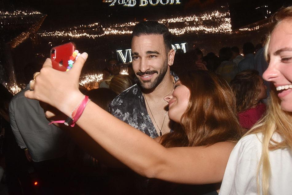 Adil Rami est réquisitionné pour les selfies de son armée d'admiratrices