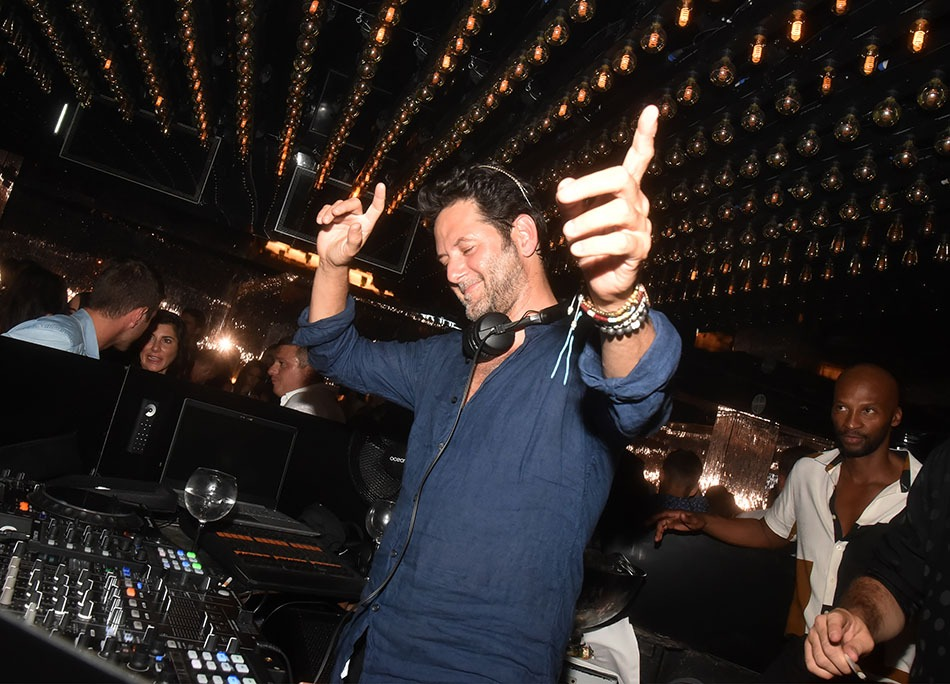 Guy Geiger s'entraine au Sirtaki pour mixer à l'OPA le resto grec de jean Roch au 1er étage du VIP room !