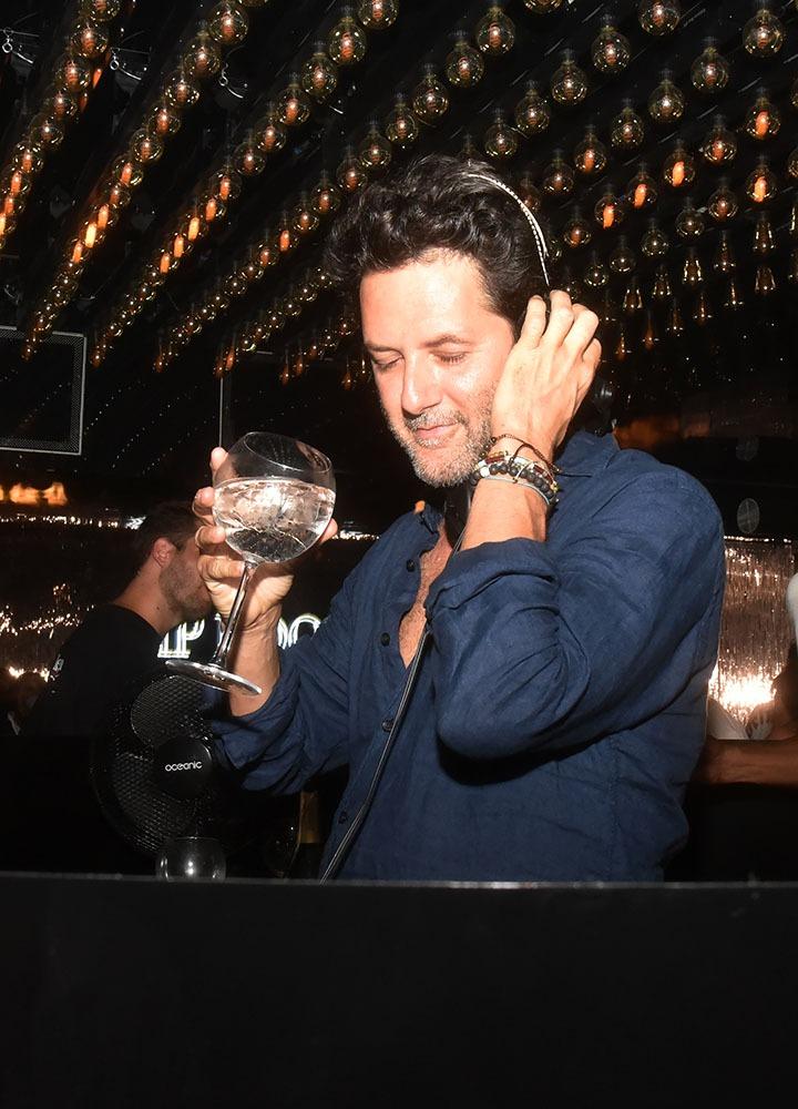 Entre deux shots de techno le DJ Guy Geiger savoure une piscine glacée