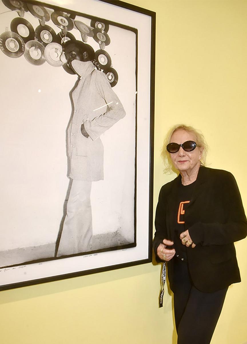 Avec un Trench Sixties Agnes parfaite en pink Panthere photo de Malick Sidibé