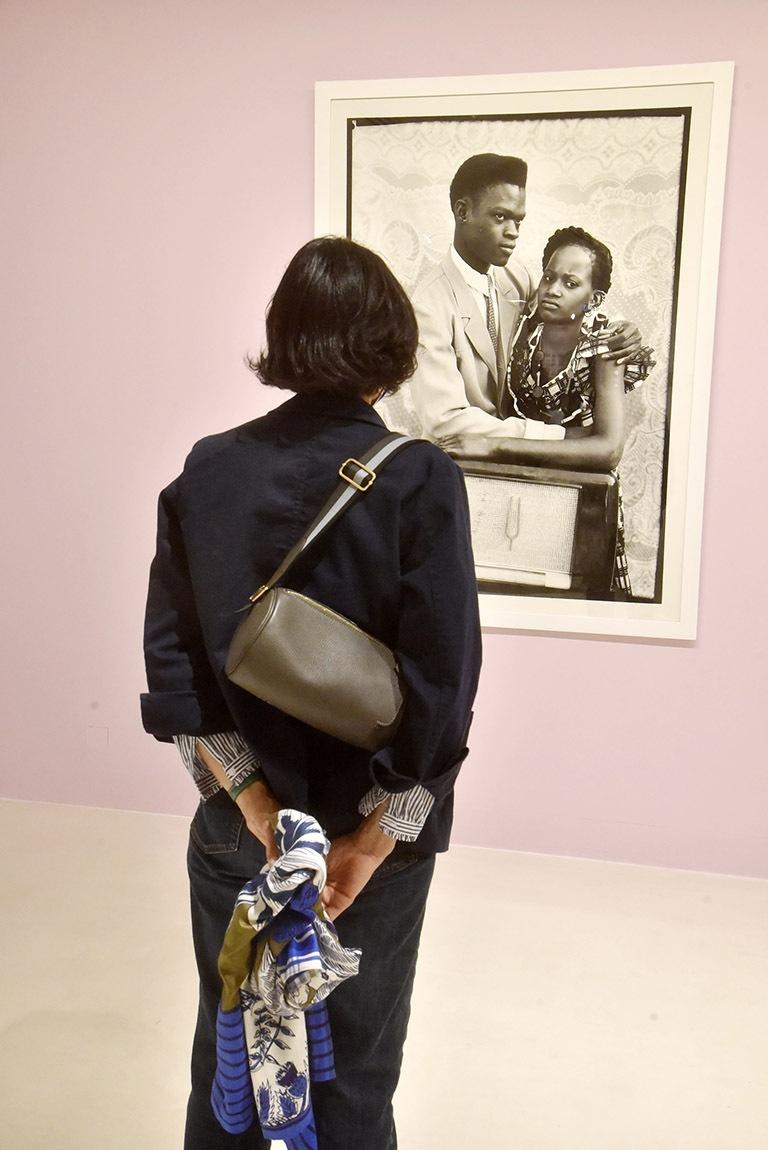 Elle reste scotchée devant cette photo de Seydou Keita