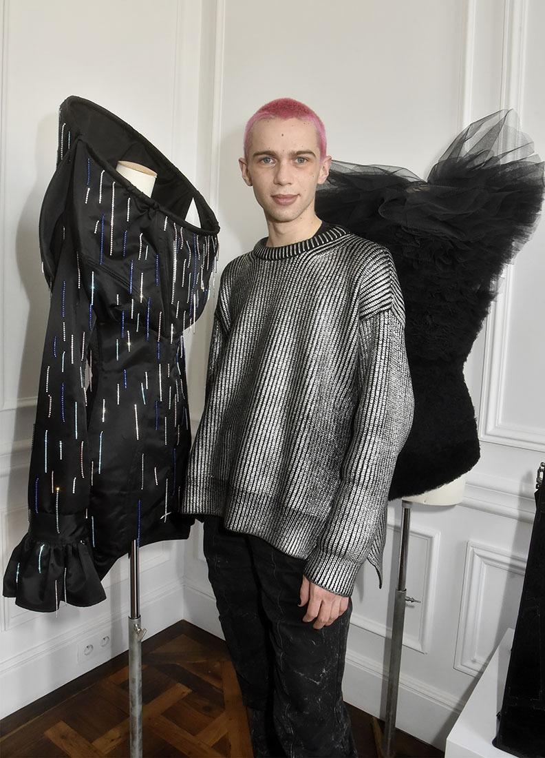 Victor s'exhibe avec ses petites robes noires