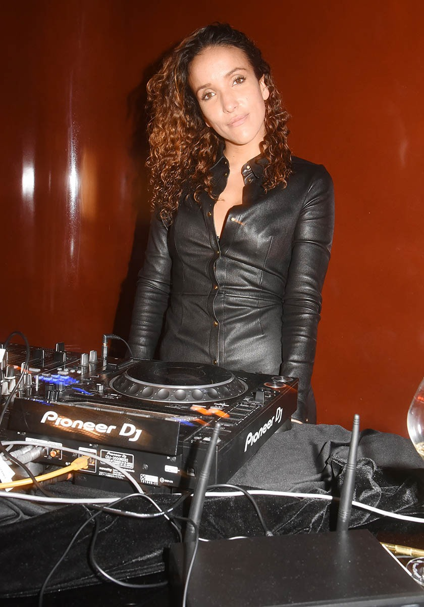 Dans-les-soirées-Vinyls-DJ-Salomé-mixe-en-cuir