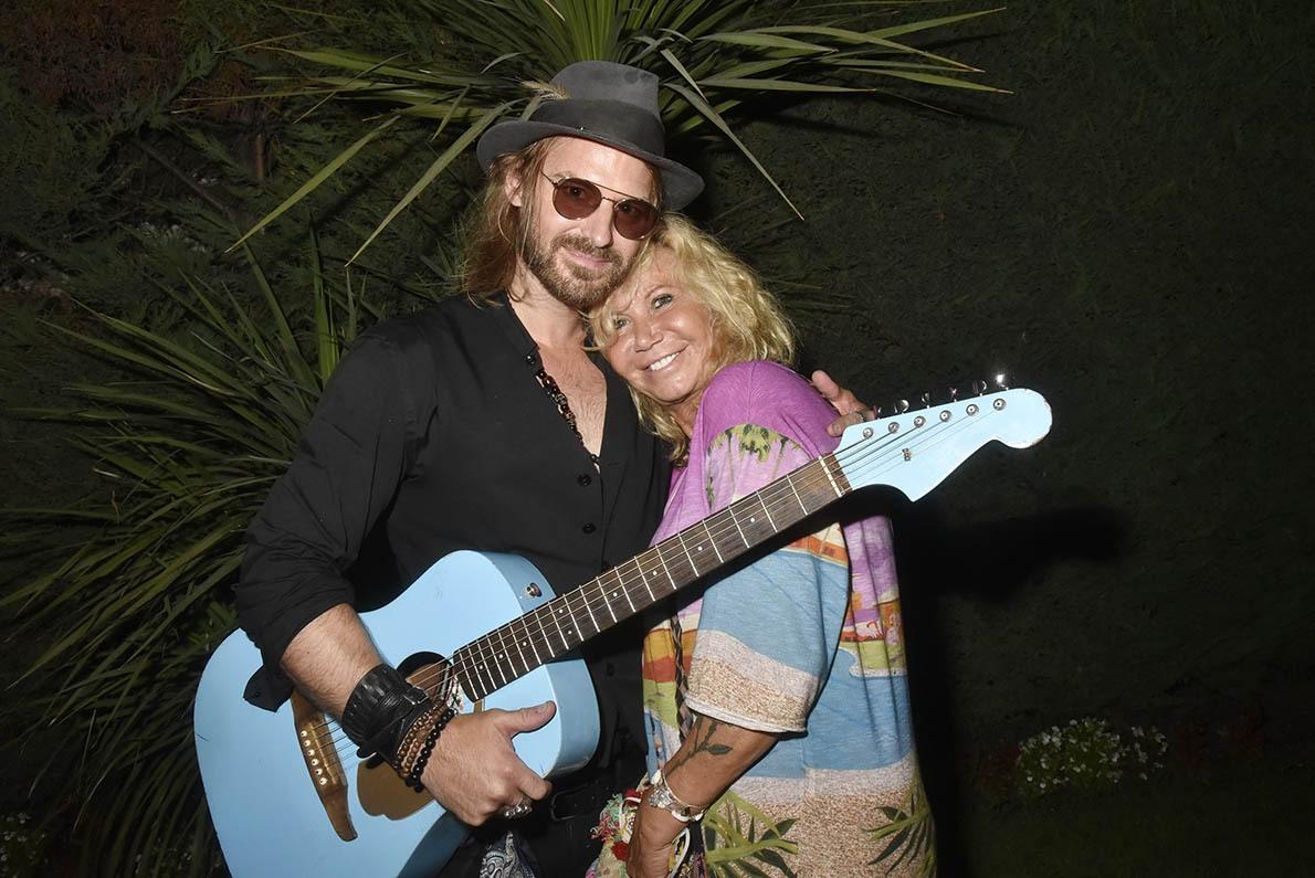Elle a trouvé Guimbarde à son pied Fiona veut en duo chanter une bluette avec Richard Bauduin «L'Homme à la Guitare Bleue»