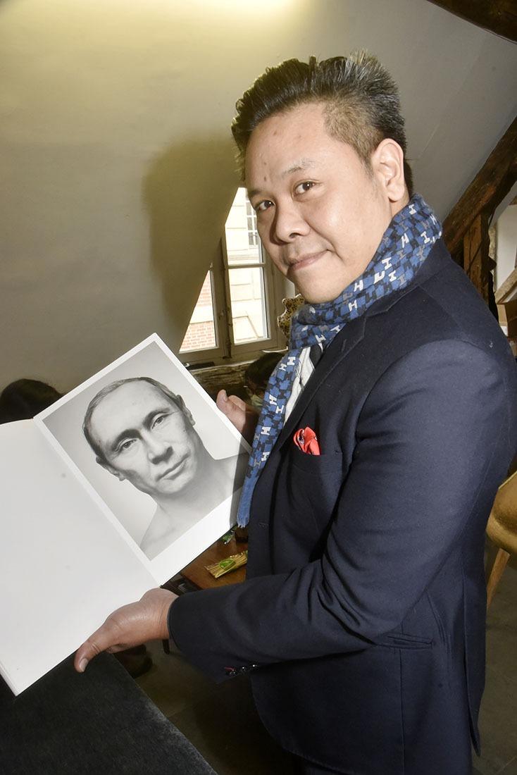 Cromignon notre  Vladimir - Galeriste Anthony Phuong et le catalogue de Zhang Wei