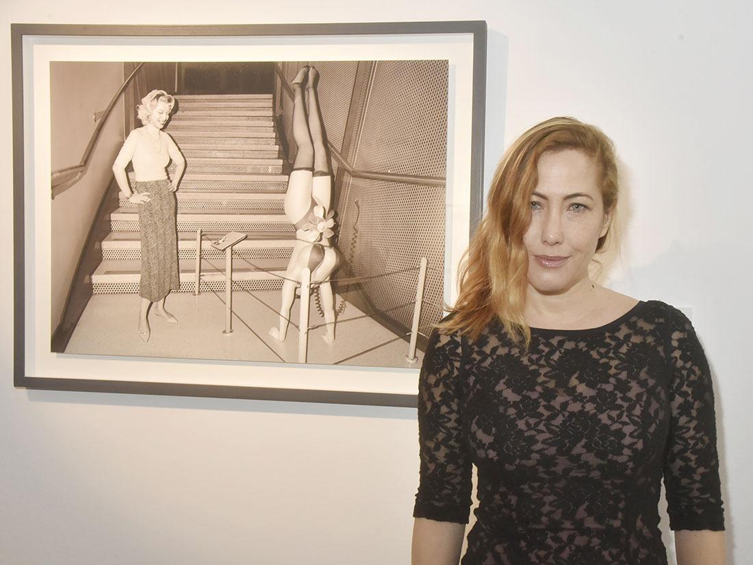 Myriam Charleins pose avec Marylin Monroe qui fait pousser un poirier