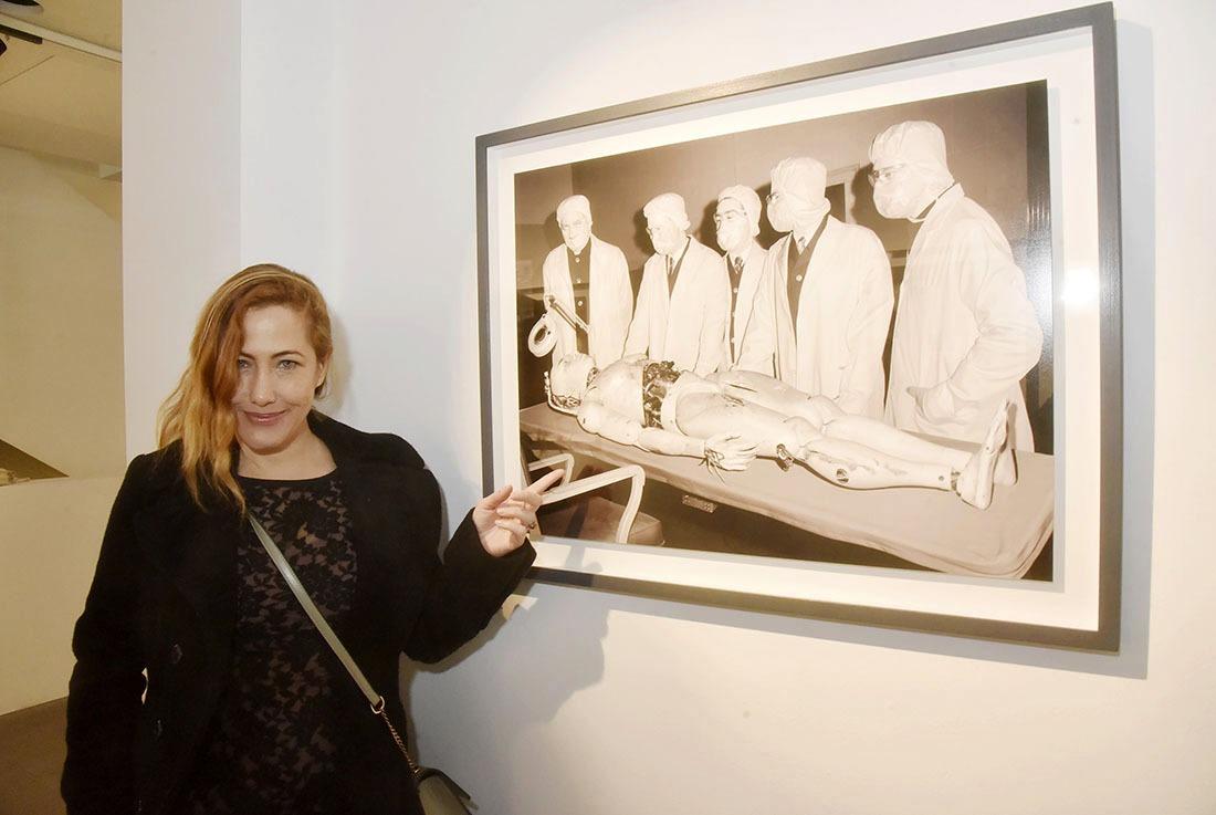Myriam Charleins découvre comment on fabrique les Poupées Klaus Barbie